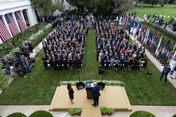 9월 26일 백악관 로즈가든에서 열린 코니 배럿 연방대법관 지명 행사. 트럼프 대통령과 배럿 지명자 등 대다수 참석자는 마스크를 쓰지 않았다. AP=연합뉴스