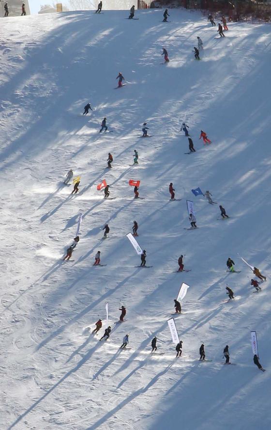 지난 1일 오후 강원 평창군의 한 키장에서 스키장 개장식이 진행되고 있다. 연합뉴스
