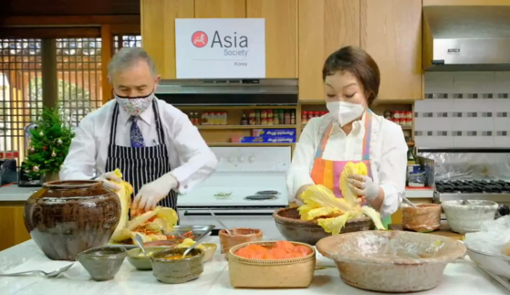 해리스 주한 미국대사(왼쪽)가 요리연구가 이혜정씨(오른쪽)와 함께 15일 미 대사관저에서 김치 만들기를 체험하고 있다. [아시아 소사이어티 페이스북]