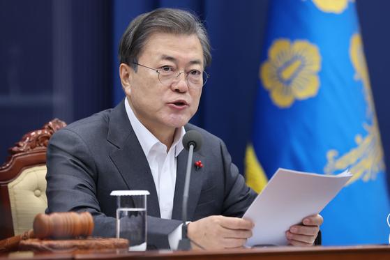 문재인 대통령이 15일 오전 청와대에서 영상 국무회의를 주재하고 있다. 연합뉴스