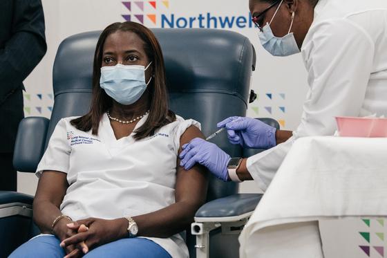 미국 뉴욕주의 대형병원 중환자실에서 일하는 간호사 샌드라 린지는 14일 미국 내 첫 코로나19 백신을 맞았다. [신화=연합뉴스]
