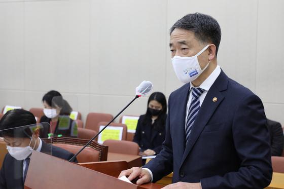 박능후 보건복지부 장관이 지난 11월 26일 국회에서 열린 보건복지위원회 전체회의에서 법안 의결 후 인사말을 하고 있다. 오종택 기자
