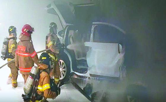 지난 10일 서울의 한 아파트 지하 주차장에서 테슬라 승용차가 벽면에 충돌한 뒤 불이나는 사고가 발생했다. 연합뉴스.