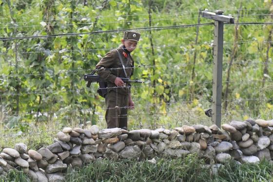 지난 9월 5일 북한 양강도의 압록강변에서 인민군 병사가 총을 맨 채 경계 근무를 서고 있다. [교도통신=연합뉴스]