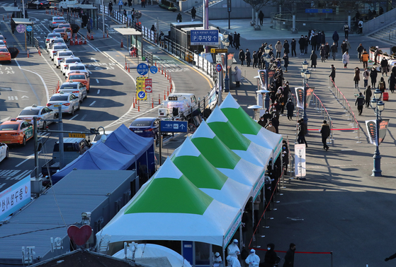 15일 오전 서울역 광장에 마련된 코로나19 임시 선별검사소에서 시민들이 검사를 받고 있다.연합뉴스