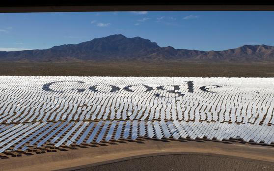 모하비 사막의 태양광 바전 단지에 'Google' 로고를 만들어놓은 모습. REUTERS=연합뉴스