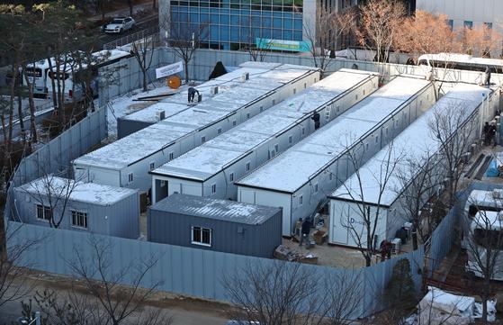 15일 오전 서울 중랑구 서울의료원에서 병상확보를 위한 컨테이너 임시병상 설치 공사가 진행되고 있다. 연합뉴스