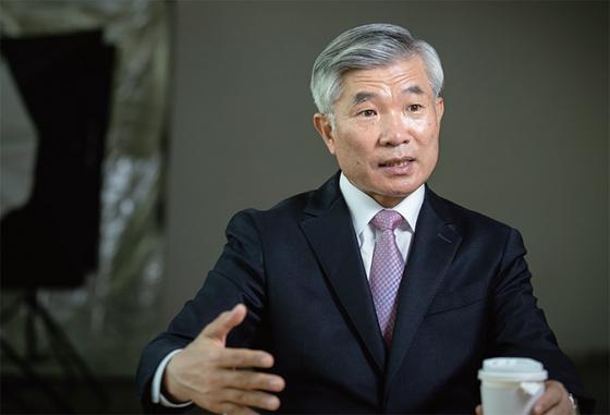"""이기식 전 해군 작전사령관(중장)은 9월 22일 발생한 해수부 공무원 북한 피살 사건을 """"우리 정부가 최악의 상황은 막을 기회가 있었다""""고 아쉬워했다."""