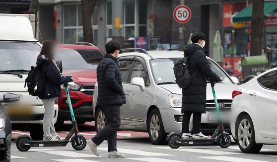 전동킥보드의 자전거도로 주행이 허용된 10일 오후 서울 동대문구 회기역 앞 거리에서 시민들이 전동킥보드를 이용하고 있다. 사진 뉴스1