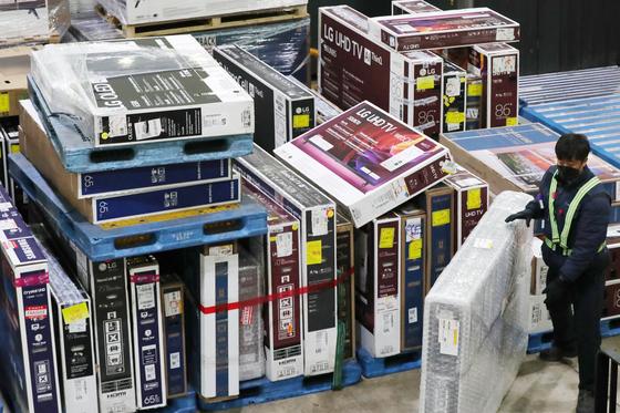 지난 7일 인천 중구 인천세관 특송물류센터에서 블랙프라이데이를 맞아 국내 소비자들이 해외직구로 구입한 TV가 배송을 앞두고 있다. 뉴스1.
