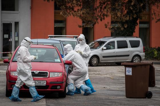 슬로바키아 전국에서 코로나19 검사가 시행된 지난 10월 31일 바라티슬라바에서 의료진들이 드라이브 스루 테스트 현장에서 시민들을 대상으로 면봉 샘플을 채취하고 있다. EPA=연합뉴스