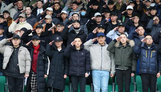 충남 논산 육군훈련소 입영심사대에서 열린 육군 현역 입영 행사에서 입대 장병들이 거수경례를 하고 있다. 뉴시스