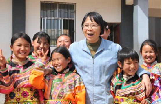 무료로 다닐 수 있는 여고를 만들어 1804명의 졸업생을 배출한 장구이메이 선생님(가운데)이 이달초 중국을 바꾼 여성 9인 중 한 명으로 선정됐다. [신화망, 베이징청년망]