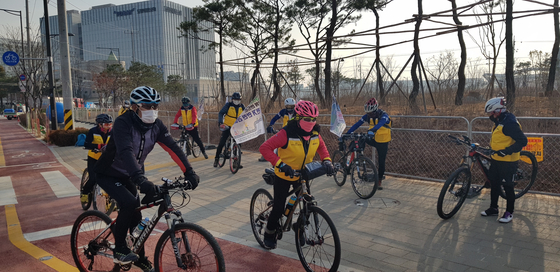 양천 자전거 안전 지킴이단 회장 이종숙(가운데)씨가 마곡지구에 마련된 자전거 전용도로에서 회원들과 자전거를 타고 있다. 서울시는 마곡에서 한강자전거 도로까지 연결하는 사업을 통해 마곡에서 바로 한강까지 자전거를 타고 나갈 수 있도록 했다 . 김현예 기자