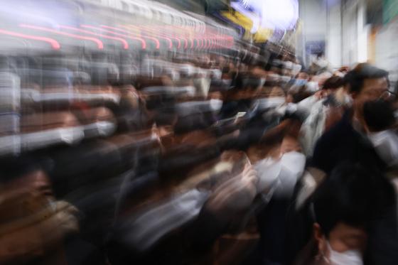 17일 오전 서울 지하철 5호선 광화문역에서 시민들이 마스크를 착용한 채 출근하고 있다.   연합뉴스