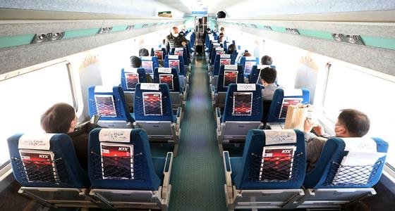 서울 중구 서울역 경부선 승강장에 정차한 KTX 열차 내에 승객들이 창측 좌석에 앉아 열차 출발을 기다리고 있다. 뉴스1