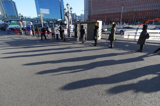 지난 15일 오전 서울역 광장에 마련된 코로나19 임시 선별검사소에서 길게 늘어선 시민들이 검사를 받고 있다. 연합뉴스