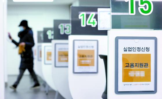 취업자 수가 90년대 후반 외환위기 이후 최장기간 감소했다. 16일 서울의 한 고용복지플러스센터에서 시민들이 실업인정 신청을 하고 있다. [연합뉴스]