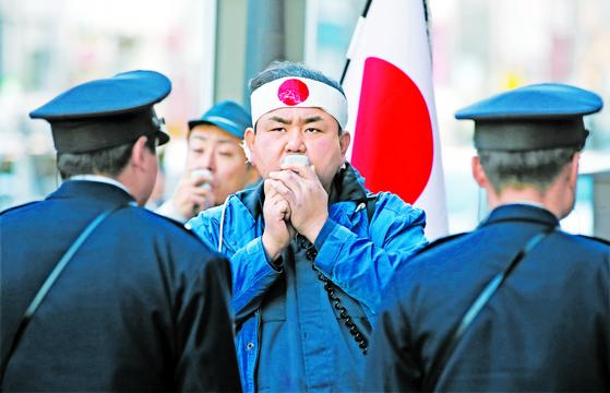 일본 우익세력이 2017년 12월 도쿄 신주쿠 주일한국대사관 인근에서 시위를 벌이고 있다. [연합뉴스]