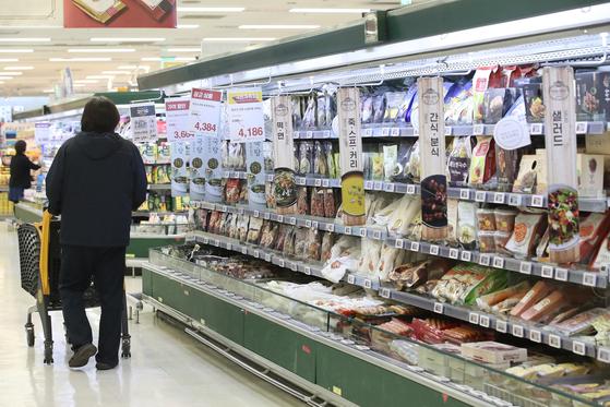 지난 14일 서울의 한 대형마트에서 소비자들이 가정간편식을 둘러보고 있다. 연합뉴스