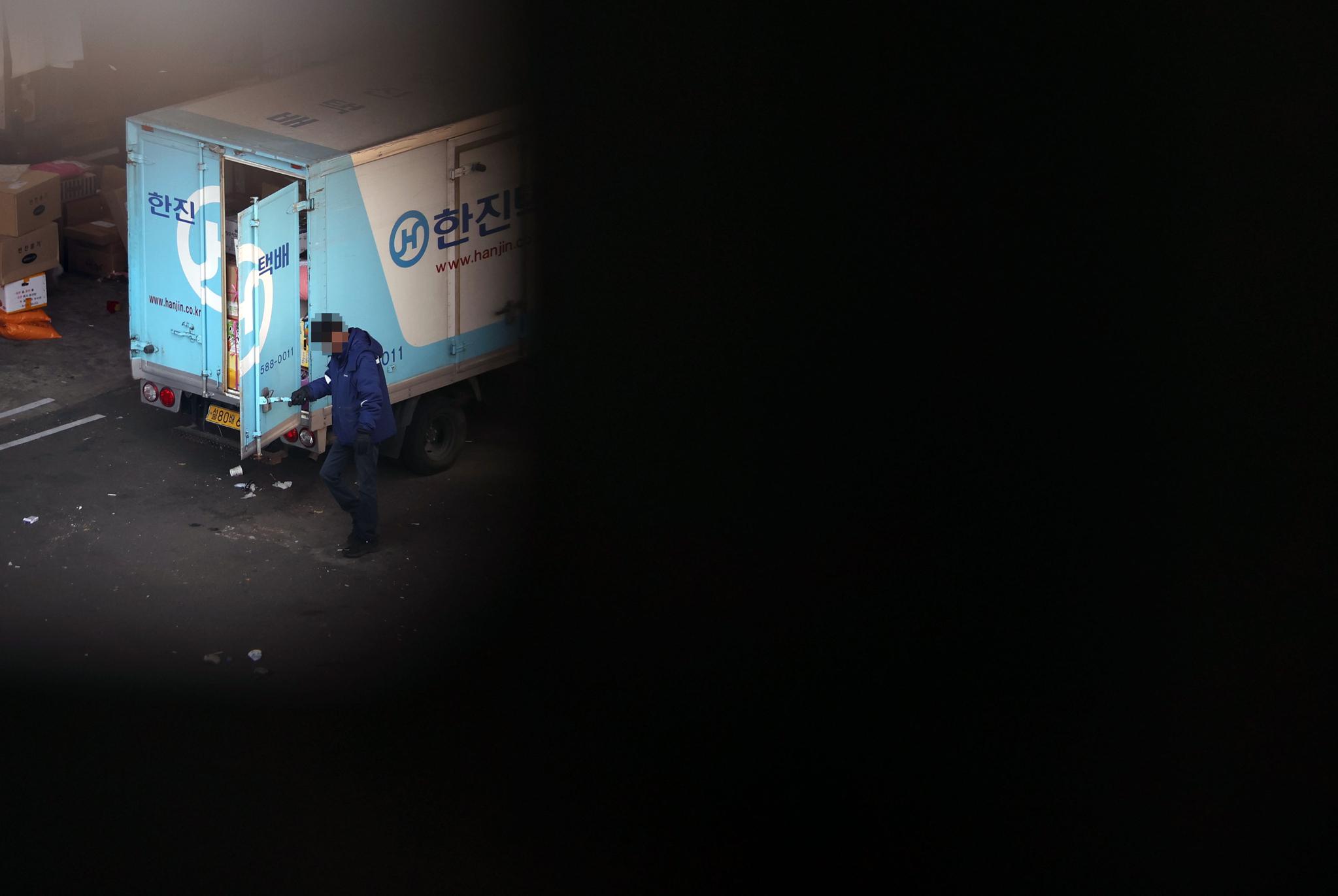 서울 시내의 한 택배 물류센터에서 직원들이 물품을 옮기고 있다. 연합뉴스