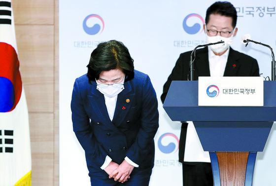 추미애 법무부 장관이 16일 오후 서울 종로구 정부서울청사에서 열린 '권력기관 개혁 관련 언론 브리핑에서 발표에 앞서 인사를 하고 있다. 청와대는 그가 이날 문재인 대통령에게 사의를 표명했다고 발표했다. 사진공동취재단