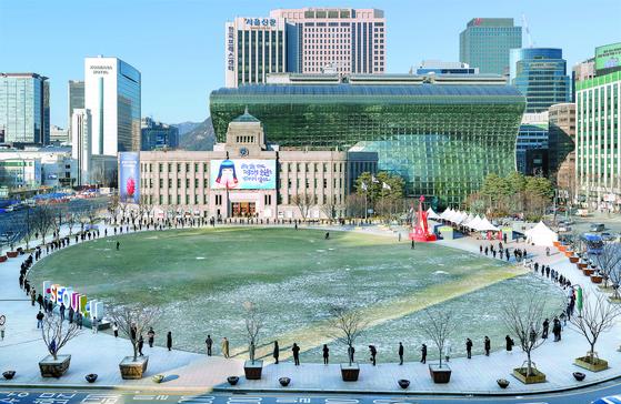 (서울=뉴스1) 이동해 기자 = 17일 오후 서울 중구 서울광장에 설치된 임시선별진료소를 찾은 시민들이 코로나19 검사를 받기 위해 줄을 서 있다. 뉴스1