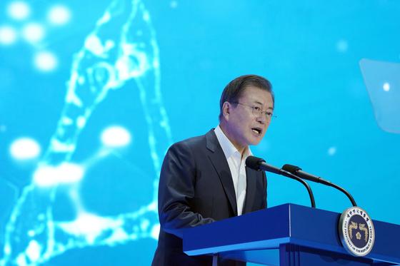 문재인 대통령이 18일 인천 연수구 송도 연세대학교 국제캠퍼스에서 열린 '대한민국 바이오산업'에 참석해 모두발언을 하고 있다. 뉴스1