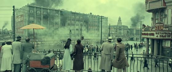 올 세계 흥행 1위 영화가 된 '800'은 1937년 중일전쟁을 다루면서 상하이 내 폭 50m 쑤저우 강을 경계로 대비되는 삶의 현장을 담아냈다. 강 남쪽 상류층과 외국인들이 북쪽 사행창고 전투를 지켜보는 모습. [사진 TCO㈜더콘텐츠온]