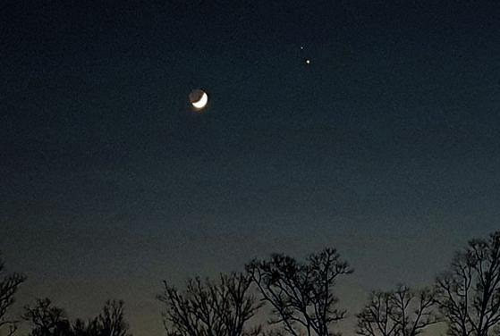 17일 서울 서초구에서 바라본 하늘에 달 오른쪽으로 토성(위)과 목성(아래)이 가까운 거리에서 빛나고 있다. 김춘식 기자