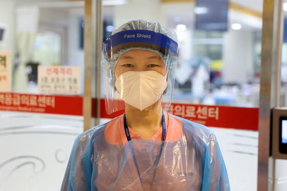 박정은 간호사가 응급실 일반환자 진료에 앞서 3종 보호구(KF94 마스크, 글러브, 실드)를 갖추고 있다. [가천대길병원]
