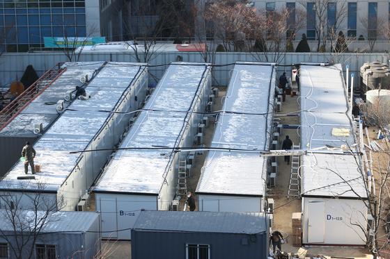 17일 오후 중랑구 서울의료원에 신종 코로나바이러스 감염증(코로나19) 병상 확보를 위한 컨테이너 임시병상 설치 공사가 한창이다. 연합뉴스