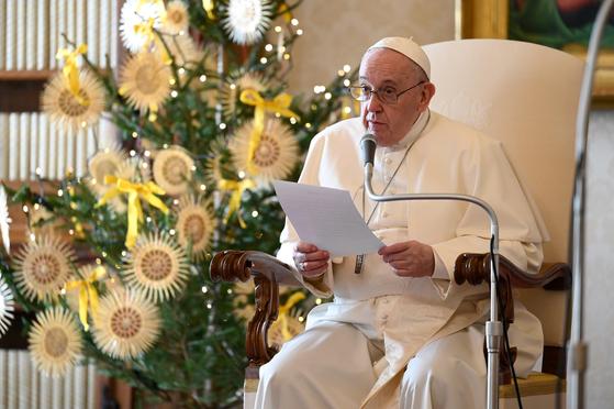 지난 16일(현지시간) 바티칸의 사도궁전에서 훈화하고 있다. 로이터=연합뉴스