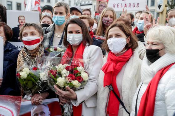 16 일 테하 노프 스카 야와 벨로루시 야당 정치인들은 브뤼셀의 유럽 의회 앞에서 지지자들로부터 환호를 받았다.  환경 보호원 = 연합 뉴스