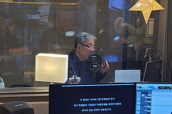 배우 최불암씨가 대구발 VR 보훈 콘텐트와 관련한 영상물의 내레이션을 녹음하고 있다. [사진 대구지방보훈청]