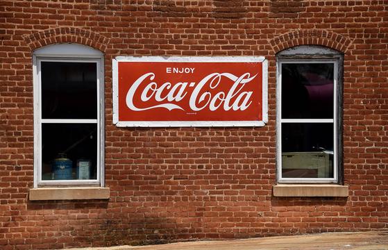 미국 버지니아주 한 상점에 붙은 코카콜라 간판. AFP=연합뉴스