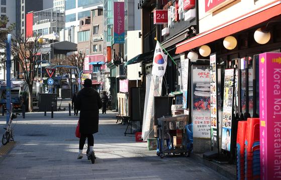 17일 서울 마포구 홍대거리 식당가가 한산하다. 연합뉴스