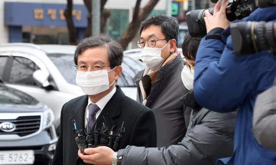 윤갑근 전 대구고검장(왼쪽 첫째)이 서울남부지법에 출석하고 있다. 뉴스1
