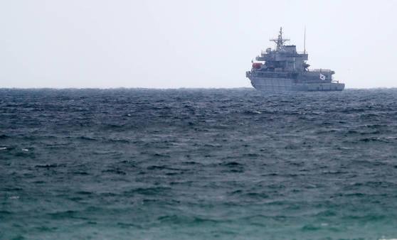 지난 2018년 4월 5일 경북 포항 앞바다에서 해군 수상구조함 통영함이 훈련을 준비하고 있다. 통영함에는 지난 2월 영국제 소나가 새로 장착됐다. [연합뉴스]