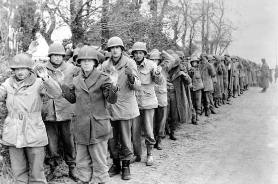 흔히 벌지 전투로 많이 알려진 1944년 12월에 있었던 독일군의 공세 당시에 포로가 된 미군. 초기에 많은 부대가 격파 당하며 낙오병들이 속출했다. [사진 wikipedia]