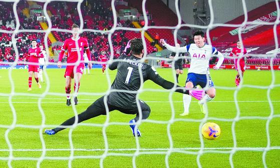 17일(한국시각) 리버풀과 프리미어리그 경기에서 골을 터트리는 손흥민(오른쪽). 토트넘에서 기록한 99번째 득점이다. [로이터=연합뉴스]