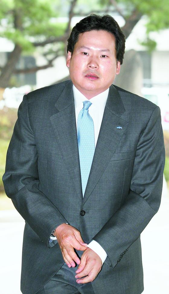 아이스하키협회 회장으로 당선된 최철원 마이트앤메인 대표. 사진은 '맷값 폭행'으로 수사받던 2010년 당시의 모습. [중앙포토]