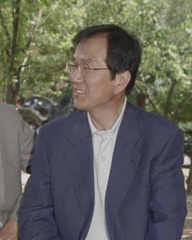 1999년 6월 14일 귀국 직후 서울대 옛교정이었던 대학로 마로니에 공원을 찾은 홍세화씨. [중앙포토]