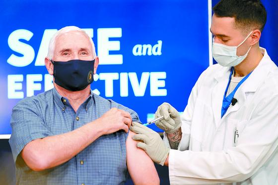 미국의 마이크 펜스 부통령이 12월 18일 워싱턴DC의 백악관 부속건물에서 코로나 백신을 맞고 있다. AP=연합뉴스
