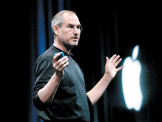 생전 블랙 터틀넥과 청바지만 고집했던 전 애플 최고 경영자 스티브 잡스의 프레젠테이션 모습.