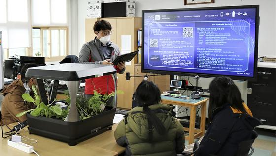ICT 교육 프로그램 '스마트팜'에 참여하고 있는 학생들의 모습. SK텔레콤 제공