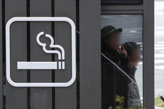 서울 시내에서 흡연하는 시민들. 뉴스1
