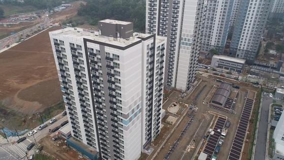 경기도 고양시 향동 행복주택 아파트 베란다에 미니태양광 설비가 설치돼 있다. 고양시 제공