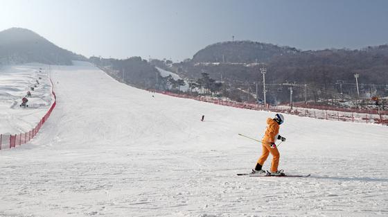 22일 정부가 발표한 특별 방역 강화조치에 따라 12월 24일부터 내년 1월 3일까지 전국 스키장을 비롯한 겨울 레저시설의 영업이 전면 중단된다. 사진은 24일 개장 계획이었던 경기도 용인 양지 파인리조트. [뉴스1]