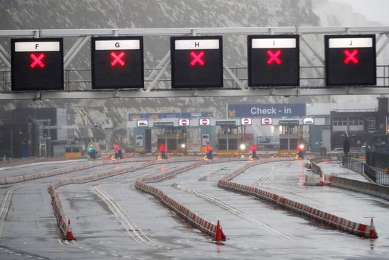 21일(현지시간) 영국과 유럽 국가들의 해상교통 거점으로 통하는 도버 항구로 가는 길이 막혀 있다. 프랑스는 화물 트럭을 포함해 해상터널을 통한 영국발 입국을 금지했다. [로이터=연합뉴스]